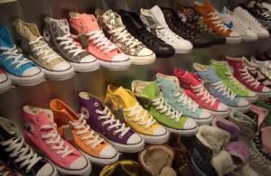Nel 2003 la Nike acquista la Converse per 305 milioni di dollari e ha  rilanciato il noto marchio come fenomeno di moda producendo molti nuovi  modelli. 8c6efc9310d0